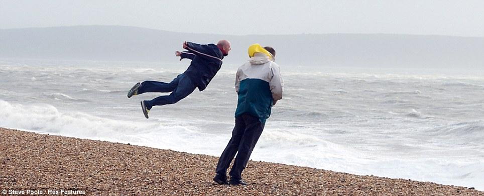 Foto Manusia DIterbangkan Angin